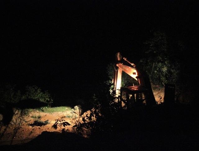 Giữa đêm khuya, máy múc và xe tải hoạt động rầm rộ để khai thác đất tại núi Một (xã Tây Phú, huyện Tây Sơn, Bình Định) nhưng chính quyền không hay?