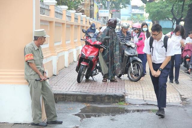 Học sinh Trường THPT chuyên Lê Hồng Phong, TPHCM cúi chào bác bảo vệ trước cổng trường