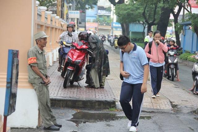 Bác bảo vệ Nguyễn Văn Lũy năm nay 71 tuổi.