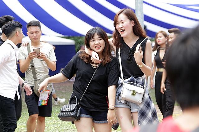 Các cặp đôi đồng giới thoải mái thể hiện tình cảm của mình khi tham gia lễ hội