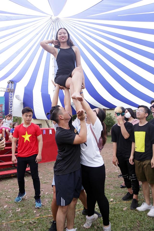 """Hoạt động trải nghiệm kĩ thuật """"lên tháp"""" trong bộ môn cheer leading với ý nghĩa giúp người tham gia tự tin vượt qua mọi giới hạn thu hút đông đảo các bạn trẻ tham gia"""