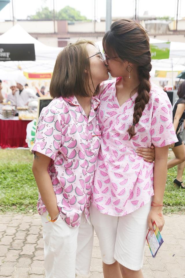 Một cặp đồng giới nữ diện áo đôi họa tiết dễ thương