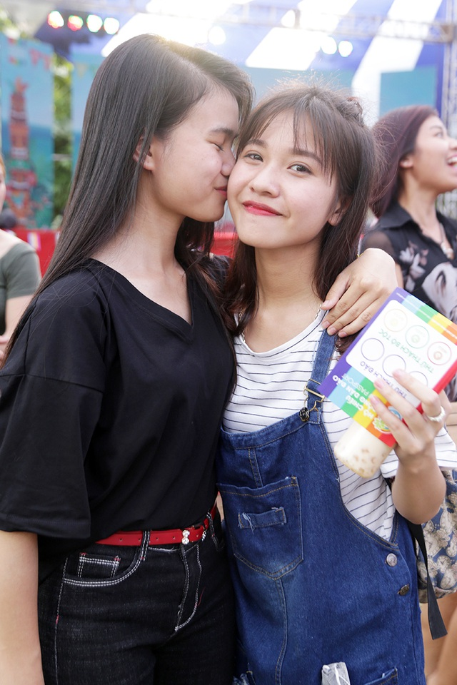 """Nụ hôn của các cặp đôi LGBT trong """"Tháng tự hào"""" - 5"""