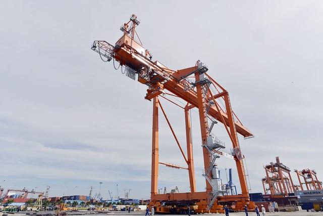 Chiếc cần cẩu nặng 650 tấn, dài 95m, rộng 27m, cao 56m.