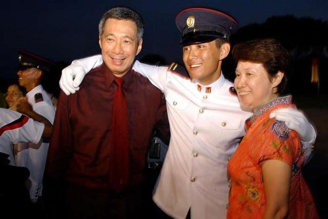 Thủ tướng Lý Hiển Long chụp ảnh cùng con trai Lý Hồng Nghị (giữa) (Ảnh: Straitstimes)