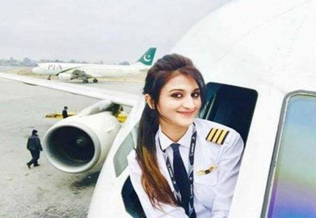 Cô cũng gặp chút rắc rối vì có người cho rằng việc thò người ra ngoài ô cửa sổ máy bay là vi phạm an toàn hàng không