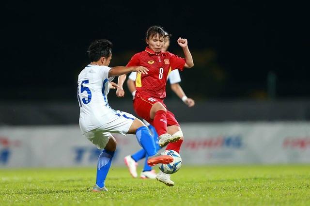 Nguyễn Thị Liễu (phải) tranh bóng với cầu thủ Malaysia, ảnh: Q.H