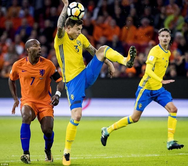 Lindelof để bóng chạm tay trong vòng cấm địa dẫn tới quả phạt đền cho Hà Lan
