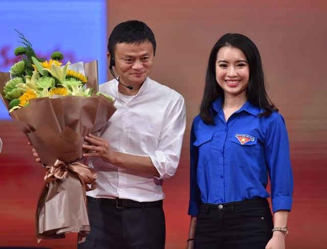 Tỷ phú Jack Ma có thiện cảm với Khánh Linh. Ông quan tâm gọi Linh vào chụp ảnh cùng và còn động viên cô bằng một câu nói dí dỏm. Ảnh: NVCC