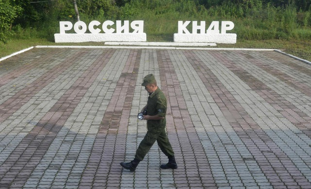 Lính gác ở đường biên giới Nga - Triều Tiên (Ảnh: Reuters)