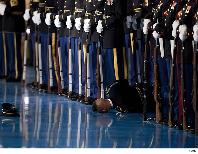 Lính Mỹ ngất xỉu trong buổi lễ chia tay các lực lượng vũ trang của Tổng thống Obama (Ảnh: Getty)
