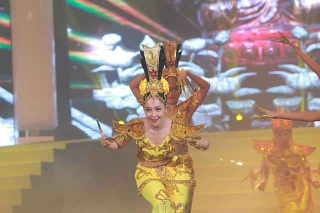 Tiếng kèn saxophone của nhạc sĩ Trần Mạnh Tuấn và màn biểu diễn của Linh Nga cùng Nhà hát ca múa Bông Sen như những món ăn mới làm chương trình có phần thư thái hơn.