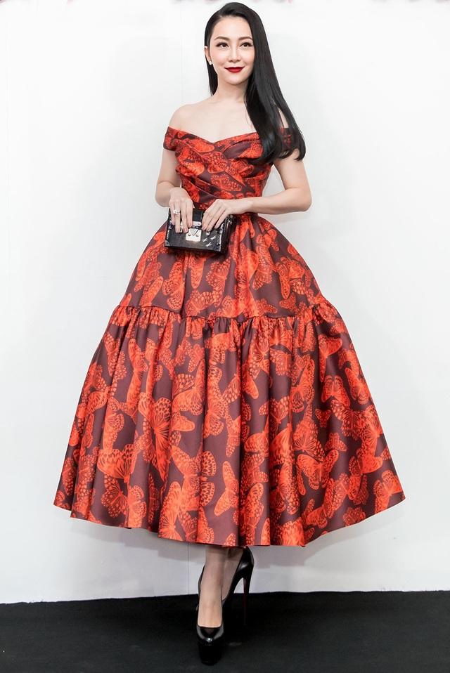 Nghệ sĩ múa Linh Nga diện đầm xòe dịu dàng với họa tiết cánh bướm. Phần váy được tạo điểm nhấn bởi chi tiết gấp nếp, xếp li ở ngực và chân váy. Linh Nga chọn kiểu tóc xõa nhẹ nhàng.