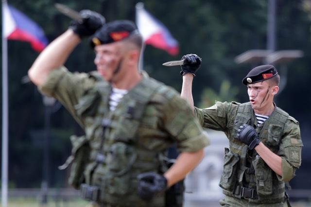 Binh sĩ Nga trong một màn trình diễn đấu dao (Ảnh: Tân Hoa Xã)