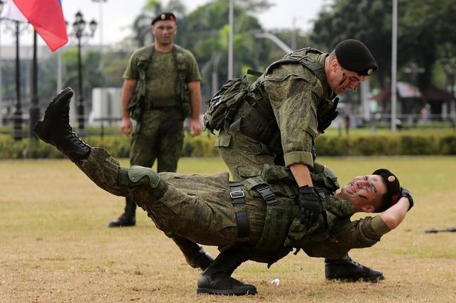 """""""Những màn trình diễn rất tuyệt vời, những kỹ thuật ấn tượng"""", sinh viên Antonio Chua nói sau khi theo dõi các binh sĩ Nga tập luyện. (Ảnh: Tân Hoa Xã)"""