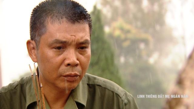 Những phút giây trầm ngầm của những người cựu chiến binh bên những nấm mồ đồng đội.