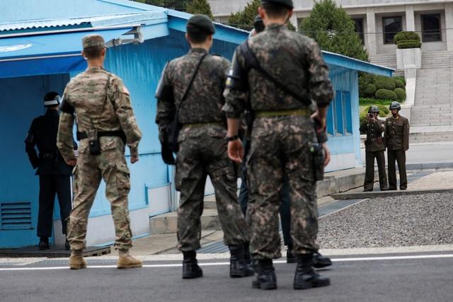 Hai người lính Triều Tiên chụp ảnh Phó Tổng thống Pence khi ông tới thăm khu DMZ.