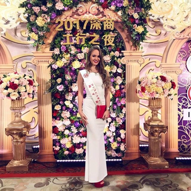 Hoa hậu Mỹ Linh diện áo dài trắng trong tiệc từ thiện của Hoa hậu Thế giới 2017 - 3