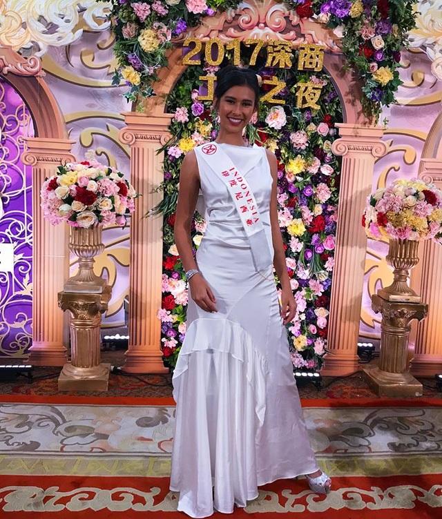Hoa hậu Mỹ Linh diện áo dài trắng trong tiệc từ thiện của Hoa hậu Thế giới 2017 - 4