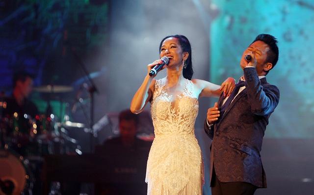 """Diva Hồng Nhung bất ngờ xuất hiện trở lại sân khấu trong vai trò ca sĩ và hoà giọng hát cùng ca sĩ Bằng Kiều qua một bản Mash up 2 ca khúc: """"Tình yêu tôi hát"""", """"Giọt sương trên mí mắt."""