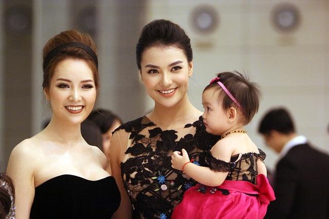 Người mẫu Hồng Quế cũng đưa con gái tới hội ngộ các đồng nghiệp.