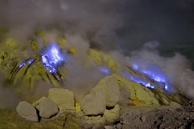 Khí độc bốc lên từ miệng núi lửa