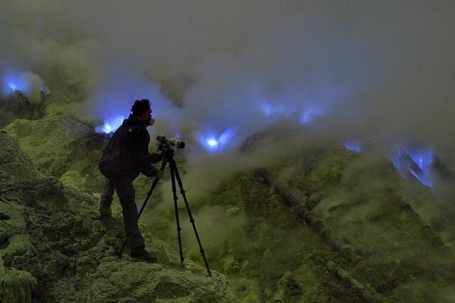 Nhiếp ảnh gia tác nghiệp phải sử dụng dụng cụ bảo hộ chống khí độc