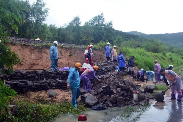 1 điểm sạt lở đường sắt Bắc – Nam tại huyện Đồng Xuân đang được khắc phục