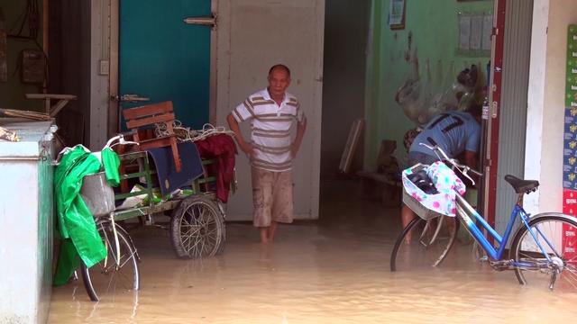Tại huyện Đồng Xuân nước đã bắt đầu vào nhà người dân