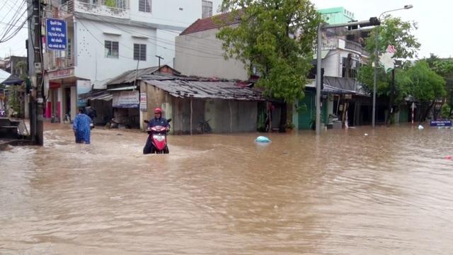 Hầu hết các tuyến đường ở thị trấn La Hai (huyện Đồng Xuân) chìm sâu trong nước lũ
