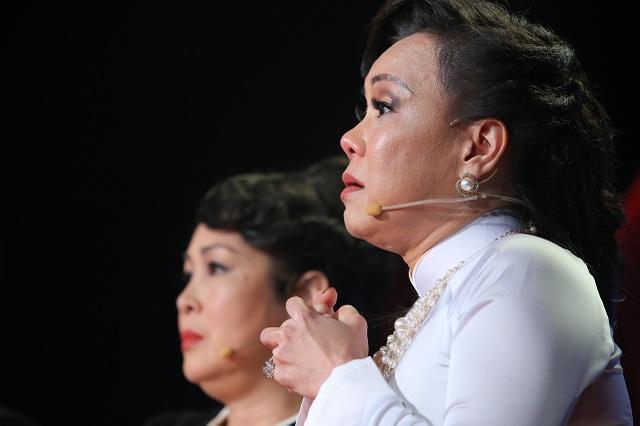 Nước mắt lưng tròng, Việt Hương khuyên Thục Ân đã bước qua được ác mộng ấy thì đừng bao giờ ngoảnh đầu nhìn lại.