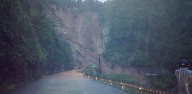 Khu vực đèo Tà Lương bị lở đất khiến cho 30 người trên xe phải lội bộ băng đường rừng về A Lưới nhưng lại bị kẹt bởi 1 vụ sạt lở khác. May mắn, cuối cùng mọi người đã được cán bộ xã Hồng Hạ và huyện A Lưới cứu sống