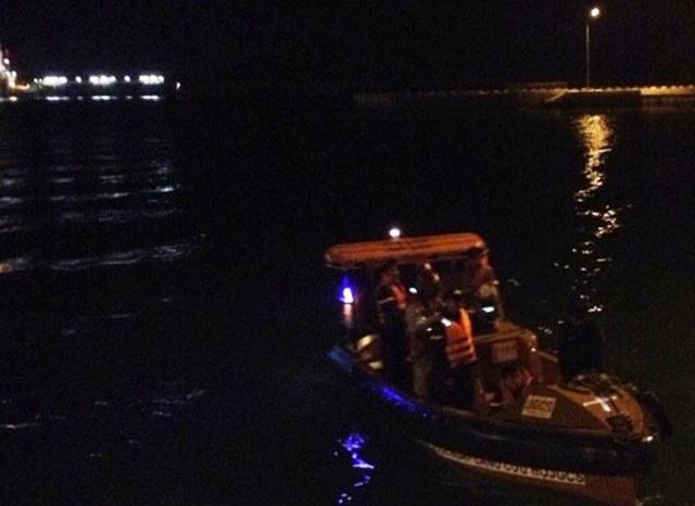 Do trời tối, nước sâu nên công tác tìm kiếm gặp khó khăn