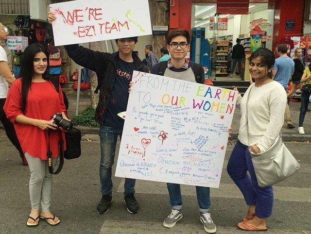 Những du khách đến từ các quốc gia khác nhau, nói ngôn ngữ khác nhau nhưng cùng chung tình yêu thương phụ nữ.