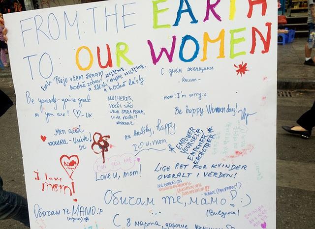 Tấm bảng viết rất nhiều lời chúc, cho tới khi không còn chỗ để viết và vẽ nữa thì vẫn có rất nhiều du khách đến trò chuyện cùng các bạn trẻ và ủng hộ ý tưởng này.