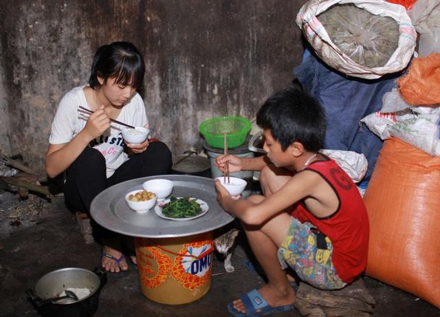 Bữa cơm chỉ có rau luộc, cà muối của chị em Linh