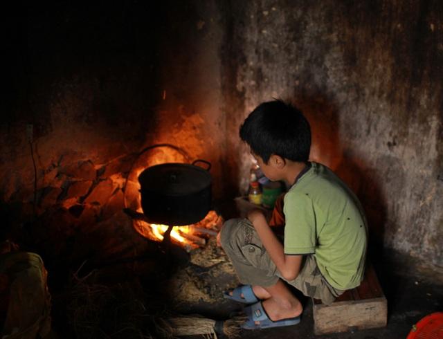 Bố đau, mẹ bệnh, bản thân bị viêm đa khớp nhưng sau giờ học, Đạt giúp chị gái nấu cơm, tự chăm lo bản thân.