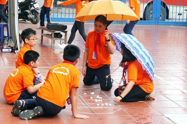 Cơn mưa bất chợt buổi chiều không làm bầu không khí đón rằm tháng Tám trên sân trường bớt náo nhiệt