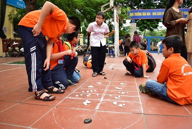 Trò chơi ô ăn quan vốn là thú chơi quen thuộc của trẻ em xưa, nhưng lại khá lạ lẫm với các bạn học sinh thành thị