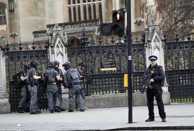 Cảnh sát nhanh chóng được huy động đến khu vực tòa nhà quốc hội. Vào thời điểm xảy ra vụ tấn công, Thủ tướng Theresa May đang có cuộc họp với các nghị sĩ bên trong tòa nhà. (Ảnh: Reuters)