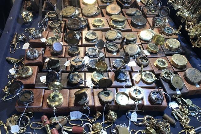 Tuy nhiên, khách hàng cũng phải là người có hiểu biết, bởi không phải tất cả mọi món đồ được bày bán tại đây đều là đồ cổ xịn, mà chỉ là hàng giả cổ.