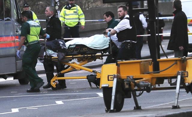 Hàng trăm du khách bỏ chạy khỏi hiện trường vụ tấn công trong tình trạng hoảng loạn. Cảnh sát Anh đã gọi đây là một vụ tấn công khủng bố có thể liên quan đến các phần tử Hồi giáo cực đoan. (Ảnh: Reuters)