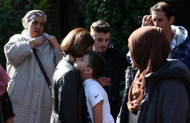 Một phụ nữ an ủi một cậu bé khi đám cháy xảy ra tại tòa tháp Grenfell ở London (Ảnh: Reuters)