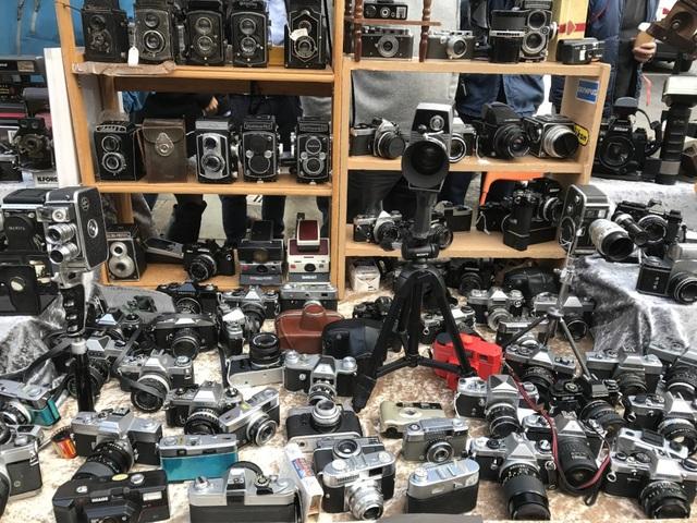 Những chiếc máy ảnh dù không còn hoạt động vẫn được rất nhiều người quan tâm.
