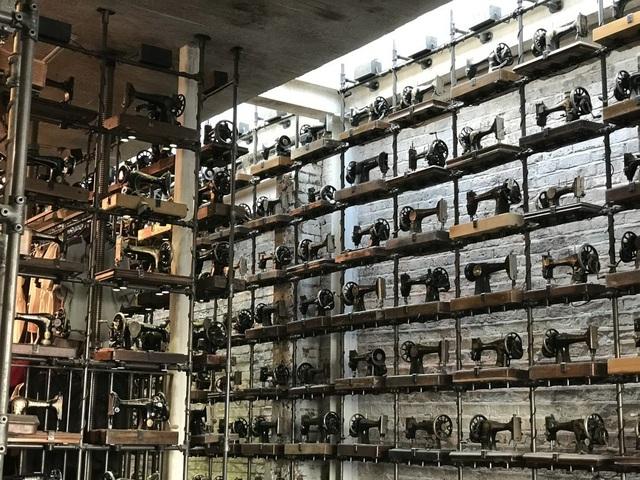 Hàng trăm chiếc máy khâu cũ kỹ trở thành vật trang trí cho một cửa hàng thời trang.