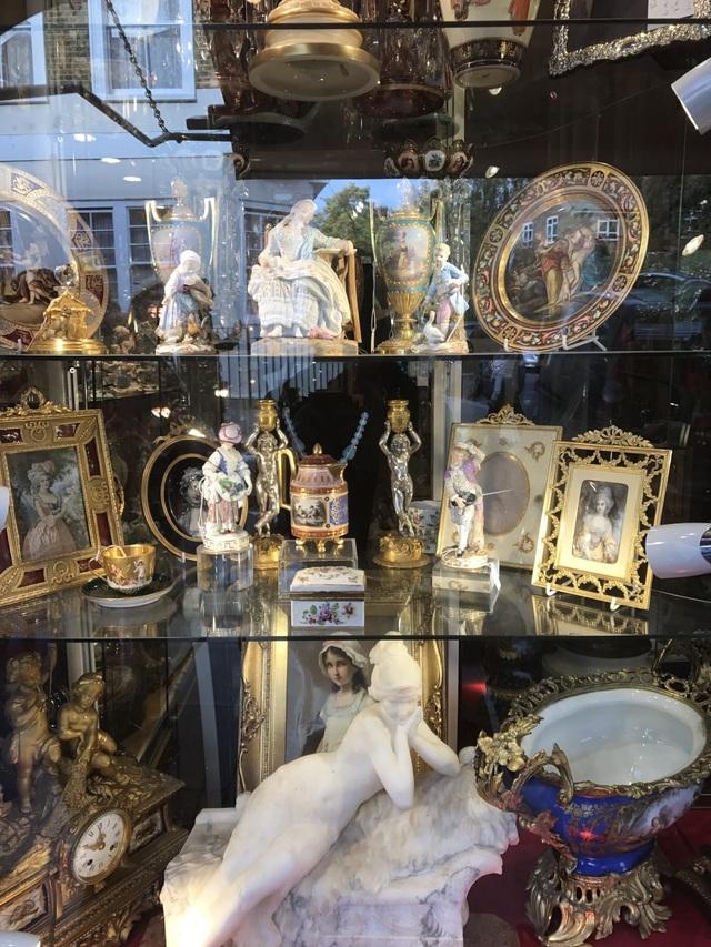 Những món đồ cổ đắt giá được bày trong tủ kính.