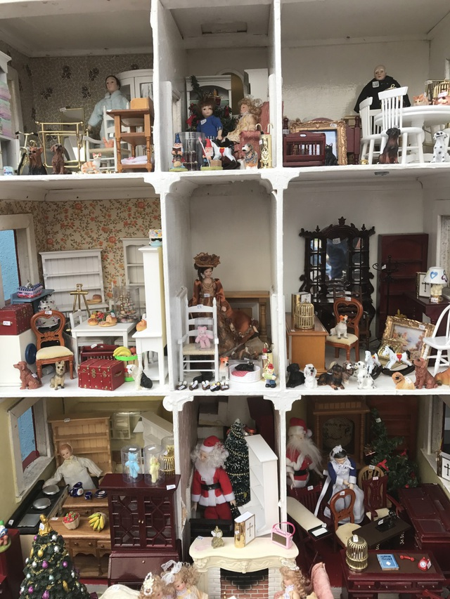 Portobello mê hoặc không chỉ người lớn, mà cả các em nhỏ, bởi những gian hàng bán tượng sứ các nhân vật hoạt hình hoặc những món đồ trang trí cho nhà búp bê, với từng chi tiết nhỏ xinh được chăm chút tỉ mỉ.