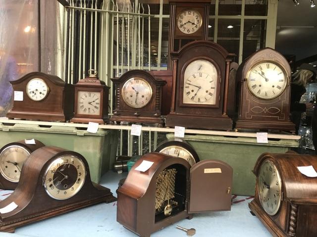 Những chiếc đồng hồ có tuổi đời trăm năm vẫn đổ chuông kinh coong đều đặn.