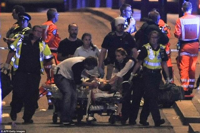 Một phụ nữ bị thương đang được đội ngũ trợ khẩn cấp đưa khỏi hiện trường (Ảnh: AFP/Getty)