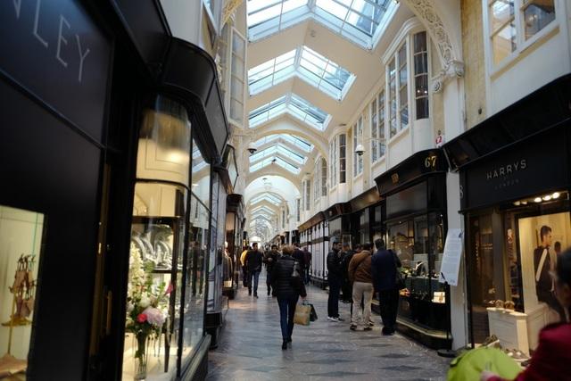 Khu phố Burlington Arcade chỉ có khoảng 40 cửa hiệu nhưng khiến các tín đồ hàng hiệu cuồng mê bởi bán nhiều sản phẩm cao cấp được chế tạo thủ công tinh xảo.